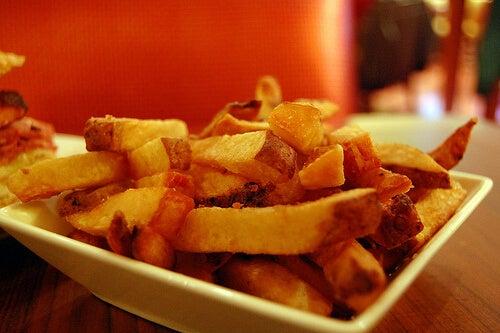 pommes frites på fat