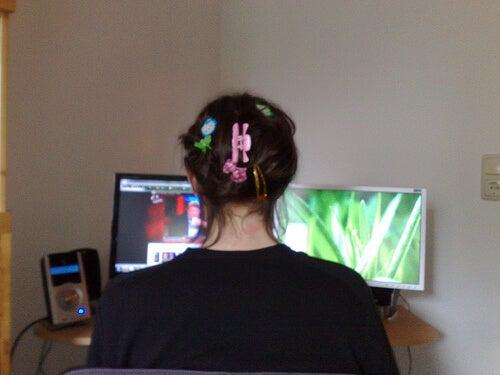Kvinna med hårspännen