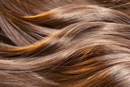 Slingor i håret