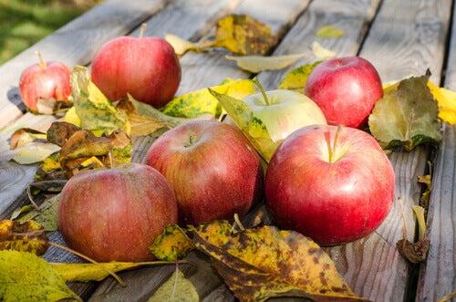 Äpplen på bord