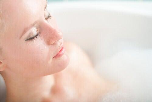 person i ett avslappnande bad