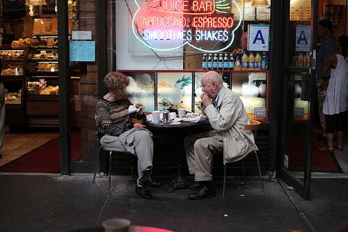 Personer vid kafé
