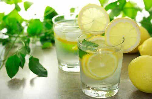 Är det nyttigt att dricka varmt citronvatten på morgonen?