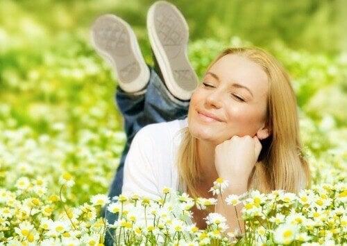 Självsäker kvinna i gräset