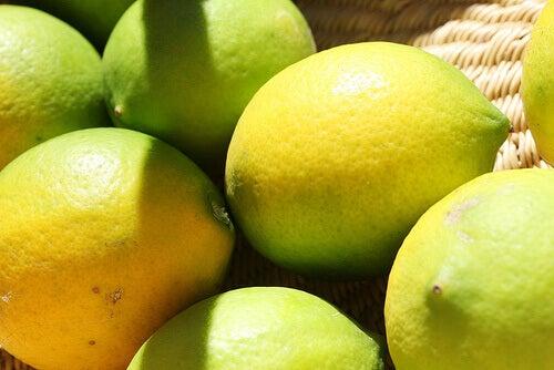 Citroner i korg