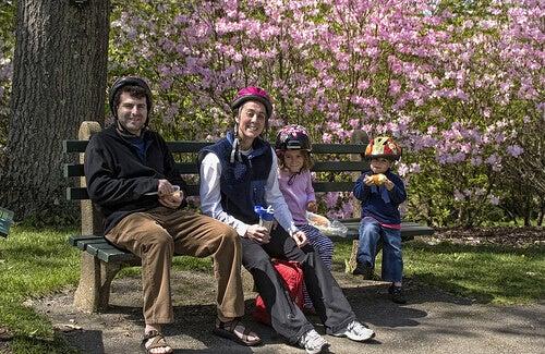Familj på parkbänk
