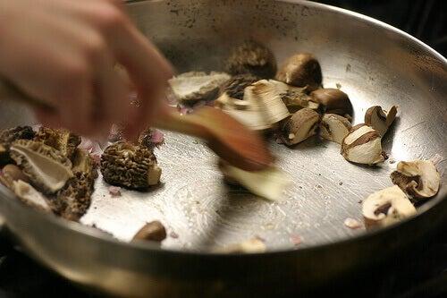 Många redskap för matlagning innehåller giftiga komponenter