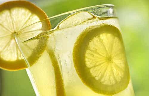 10 fördelar med att dricka varmt citronvatten varje morgon