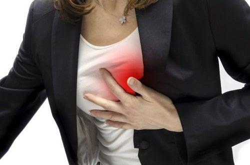 huggande smärta i bröstet