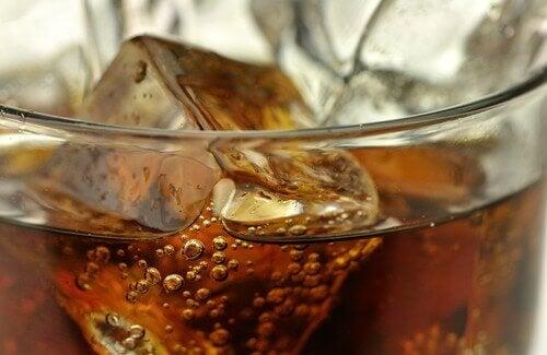5 drycker man bör undvika och nyttiga alternativ