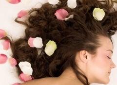 Hur man doftsätter sitt hår naturligt