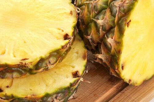 Läckra och läkande drycker med ananasskal