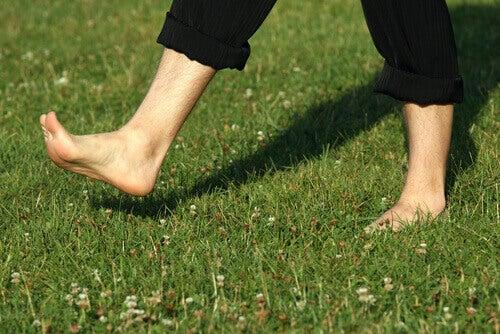 Fördelarna med att gå runt barfota