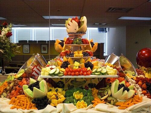 Bord med frukt och grönsaker