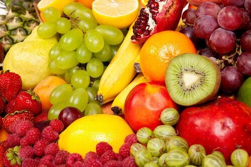 vältränad mage med frukt