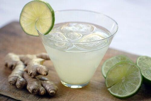 Gör en dryck med ingefära och gurkmeja