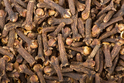 Kryddnejlika behandlar halsont