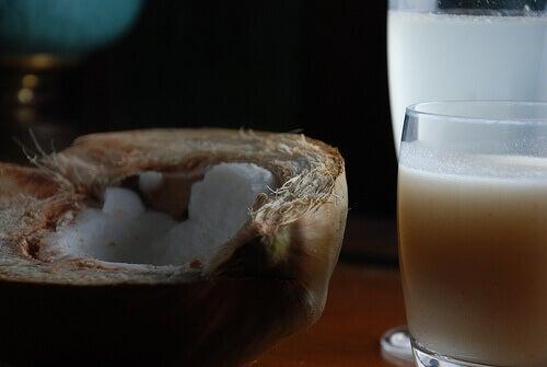 Kokosmjölk är bra mot mörka fläckar i ansiktet