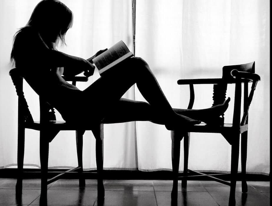 kvinna på stol