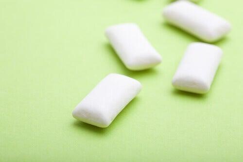 Tugga tuggummi för att sluta bita på naglarna