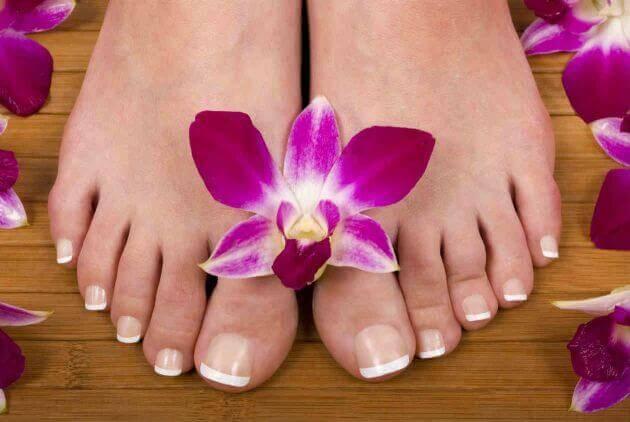 Fötter med blomma