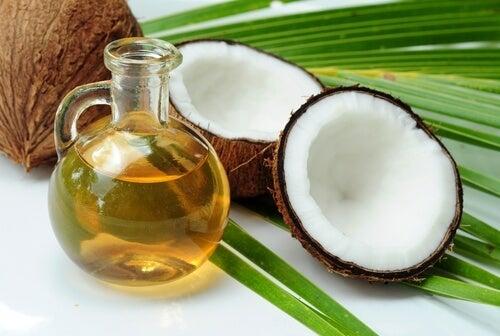 Kokosolja kan tränga in i hårstråna