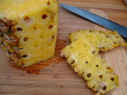 Skalad ananas