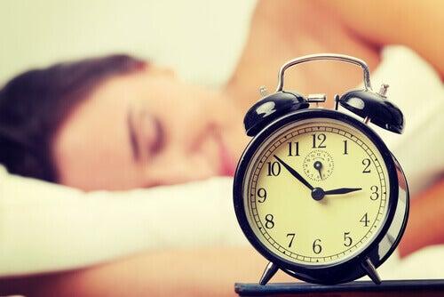 Kvinna sover på dagen