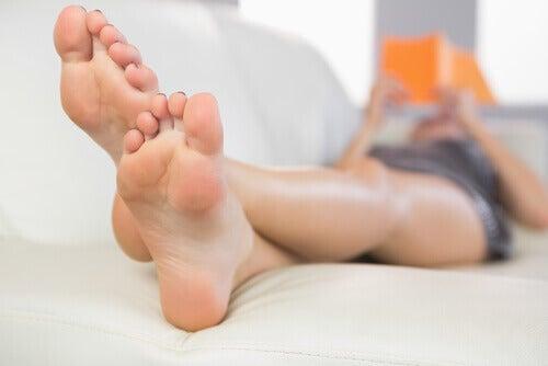 Sov med fötterna upphöjda