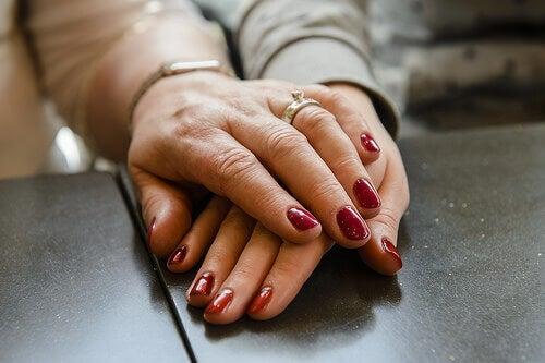 äldre-händer-med-nagellack