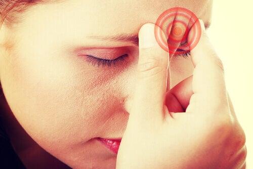 Huvudvärk är ett symtom vid kroniskt utmattningssyndrom