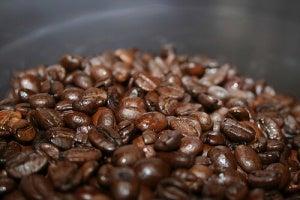 kaffebönor i hög