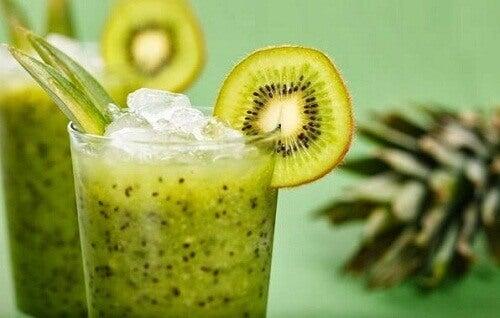Naturlig sallad och kiwi smoothie för att gå ner i vikt