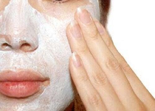 Varför och hur du bör exfoliera din hud