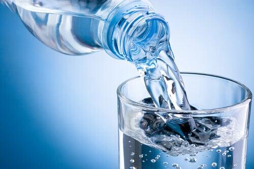 dricka varmt vatten