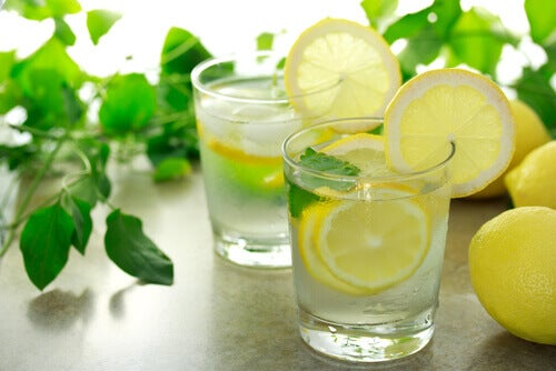vatten med ingefära och citron