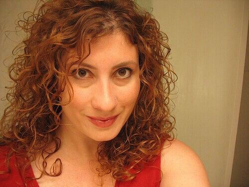 Rött hår med lockar