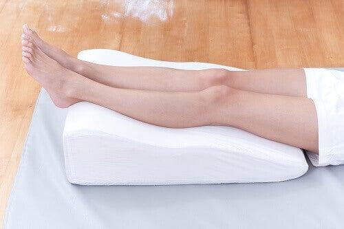 Sov med benen upphöjda