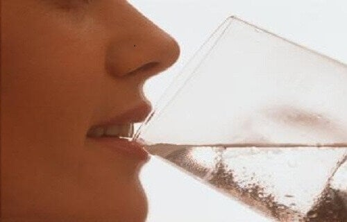 Riskerna med att dricka kallt vatten efter maten