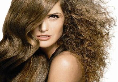 Hur du tämjer frissigt hår med naturliga produkter