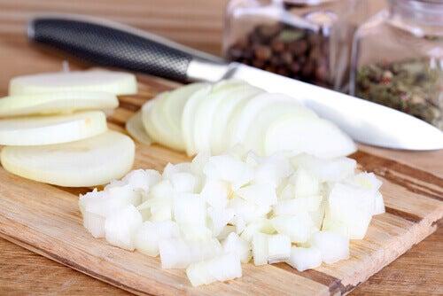 Lök bidrar till att förbättra cirkulationen och bekämpa högt kolesterol