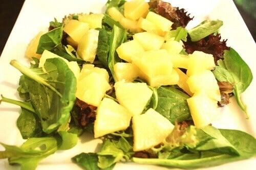 Ananas- och spenatsallad