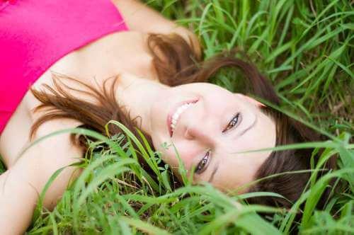 Kvinna i gräset