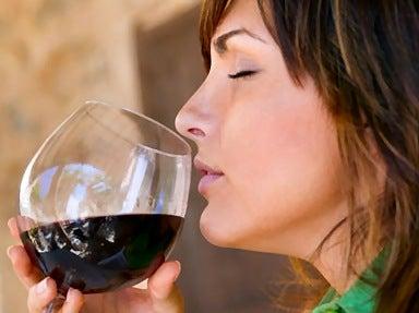 Kvinna som dricker rödvin