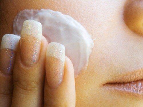 Hur du gör en ansiktstoner med rismjölk