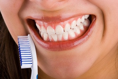 kvinna med vita tänder ler