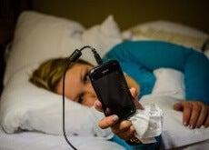 Mobiltelefon i sängen