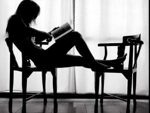 Kvinna läser