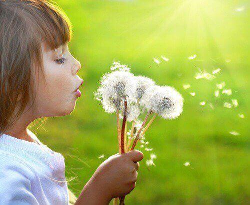 Barn-blåser-på-maskrosor