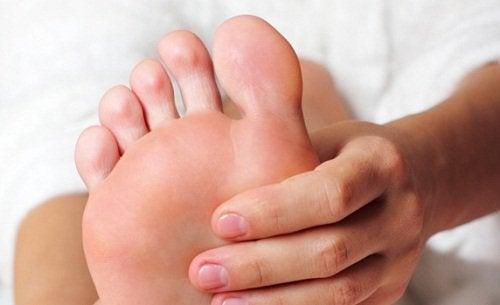 varför får man kramp i fötterna